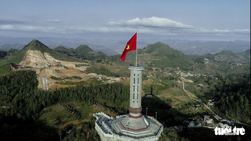 Bên trong công trình phá núi xây chùa hoành tráng ở Lũng Cú - Ảnh 1.