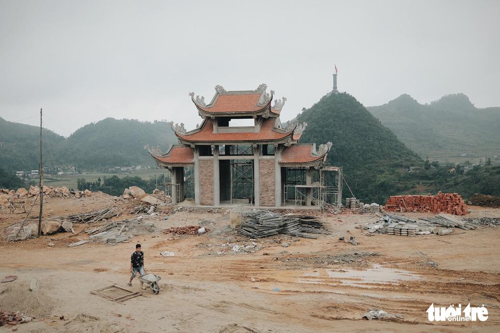 Bên trong công trình phá núi xây chùa hoành tráng ở Lũng Cú - Ảnh 6.