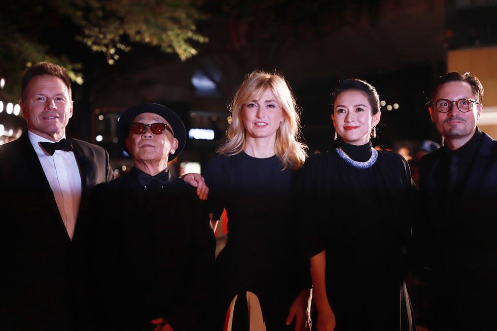 Chương Tử Di, Phan Đăng Di trên thảm đỏ khai mạc Liên hoan phim Tokyo - Ảnh 1.