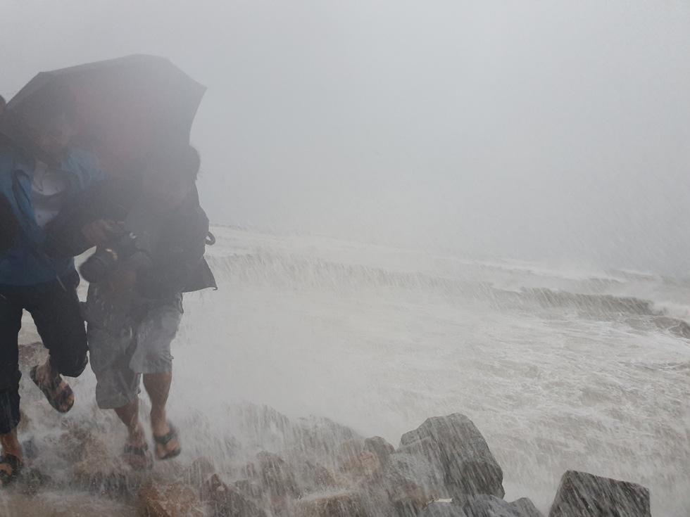 Miền Trung mưa xối xả, kè biển oằn mình trước sóng lớn đón bão số 5 - Ảnh 1.