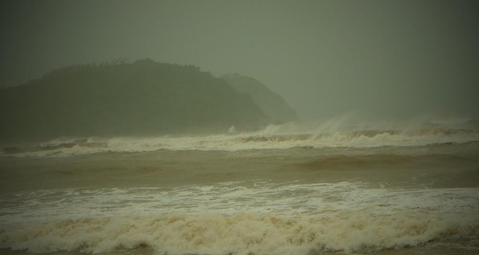 Miền Trung mưa xối xả, kè biển oằn mình trước sóng lớn đón bão số 5 - Ảnh 6.