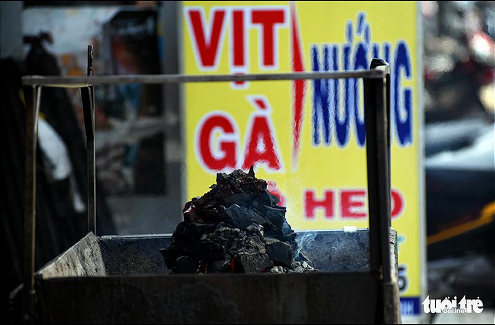 Ô nhiễm khói bụi từ quán nướng, xe cộ, công trình xây dựng... bủa vây TP.HCM - Ảnh 9.