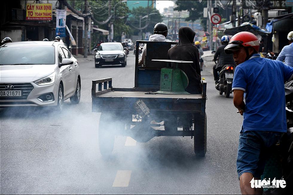 Ô nhiễm khói bụi từ quán nướng, xe cộ, công trình xây dựng... bủa vây TP.HCM - Ảnh 4.