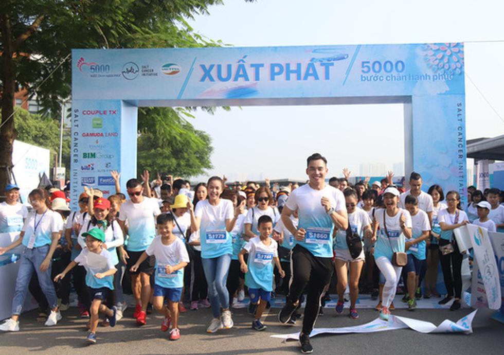 1.000 người đi bộ '5.000 bước chân hạnh phúc' vì bệnh nhân ung thư - Ảnh 1.