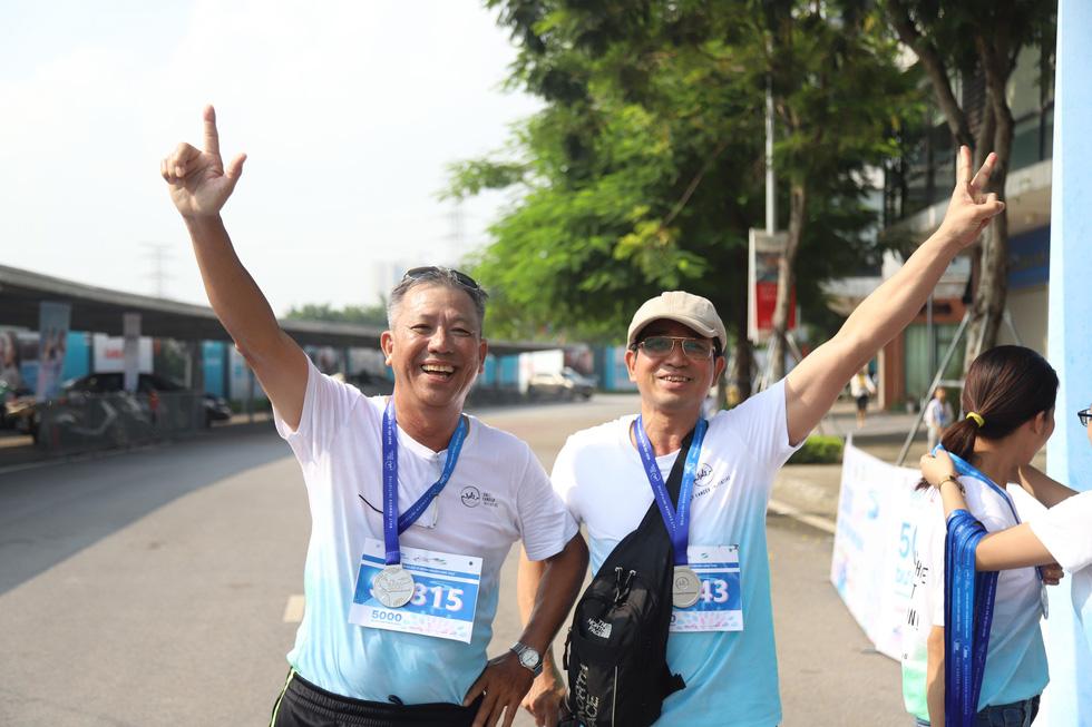 1.000 người đi bộ '5.000 bước chân hạnh phúc' vì bệnh nhân ung thư - Ảnh 12.