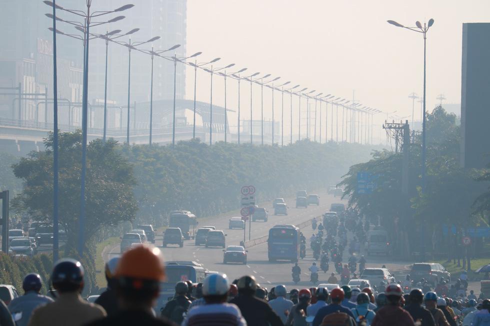 Ô nhiễm khói bụi từ quán nướng, xe cộ, công trình xây dựng... bủa vây TP.HCM - Ảnh 1.