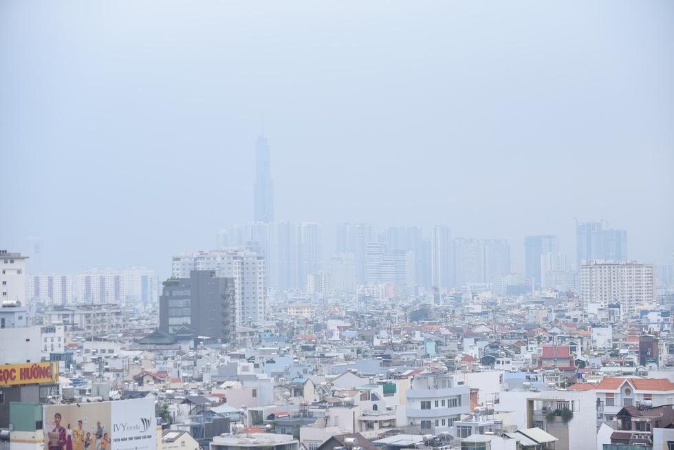 Ô nhiễm khói bụi từ quán nướng, xe cộ, công trình xây dựng... bủa vây TP.HCM - Ảnh 13.