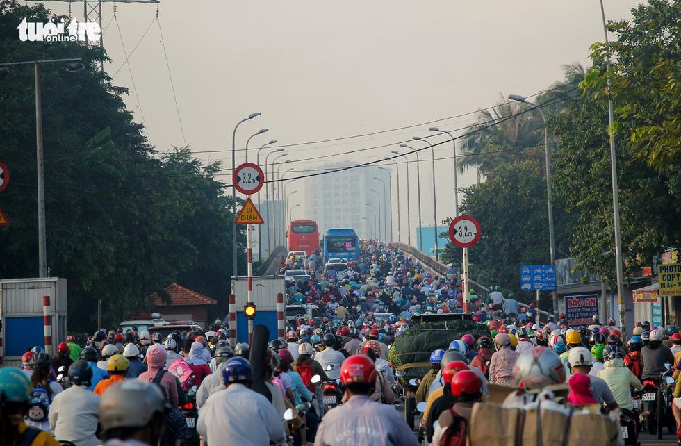 Giao thông khu Hàng Xanh, Nguyễn Hữu Cảnh vỡ trận ngay ngày đầu tuần - Ảnh 5.