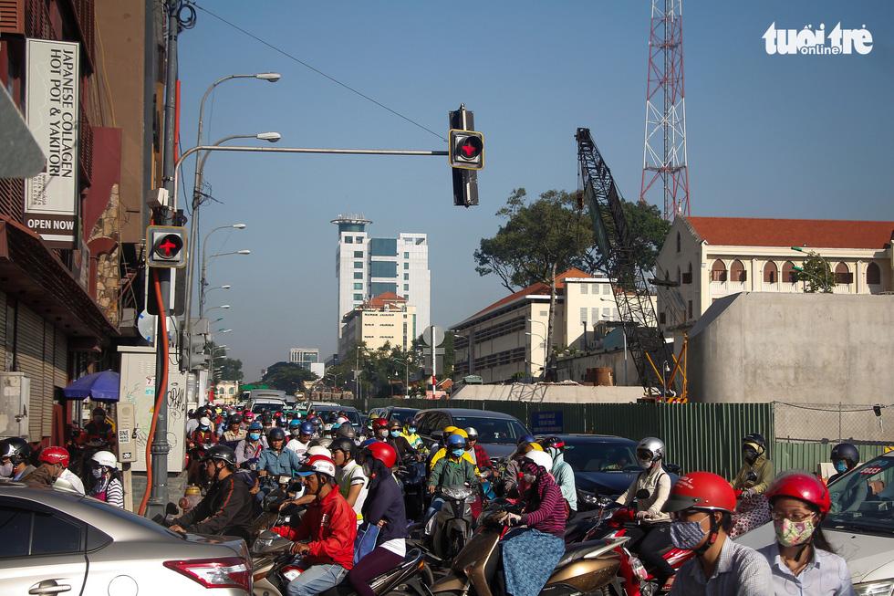 Giao thông khu Hàng Xanh, Nguyễn Hữu Cảnh vỡ trận ngay ngày đầu tuần - Ảnh 1.