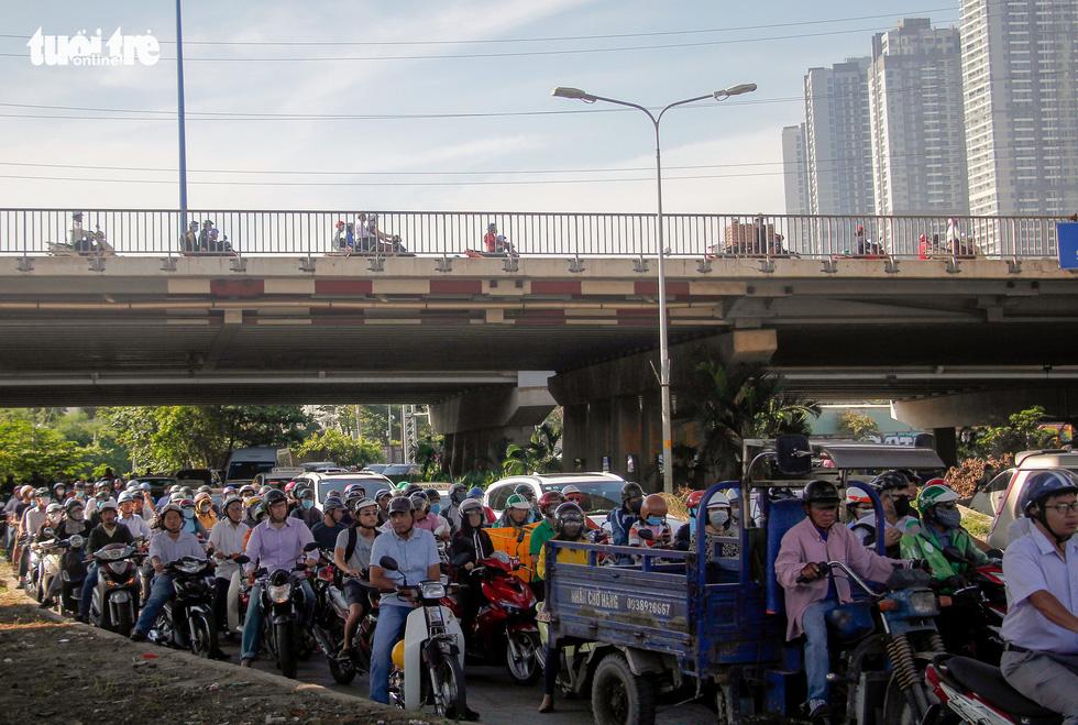 Giao thông khu Hàng Xanh, Nguyễn Hữu Cảnh vỡ trận ngay ngày đầu tuần - Ảnh 3.