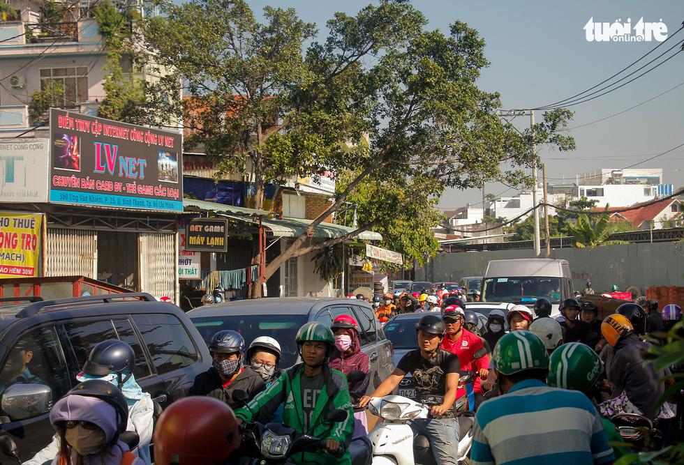 Giao thông khu Hàng Xanh, Nguyễn Hữu Cảnh vỡ trận ngay ngày đầu tuần - Ảnh 2.
