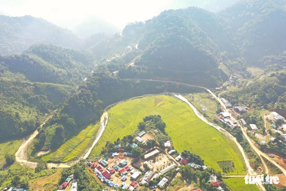 Ruộng bậc thang Chuôr ôm ấp bản làng giữa đại ngàn Trường Sơn - Ảnh 1.