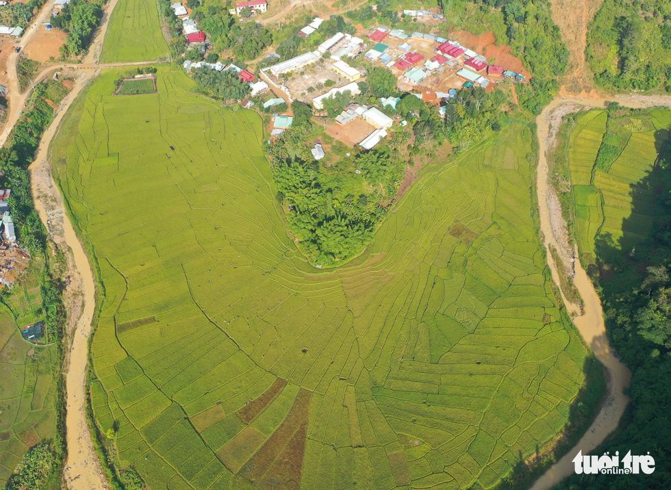 Ruộng bậc thang Chuôr ôm ấp bản làng giữa đại ngàn Trường Sơn - Ảnh 4.