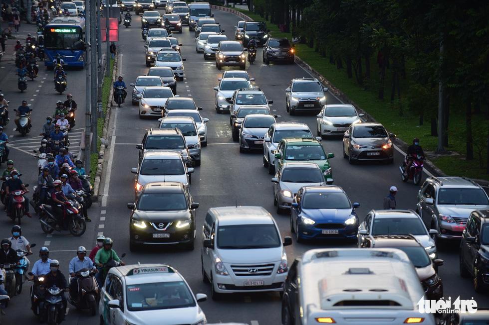 Kẹt xe bủa vây, giao thông hỗn loạn từ trung tâm về khu Đông - Ảnh 8.