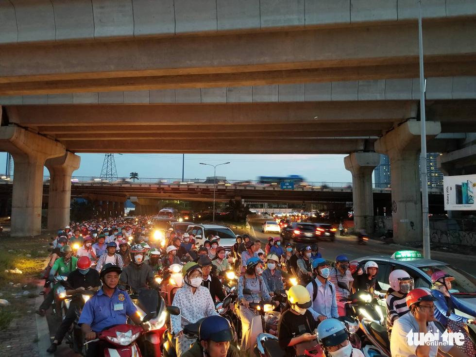 Kẹt xe bủa vây, giao thông hỗn loạn từ trung tâm về khu Đông - Ảnh 13.