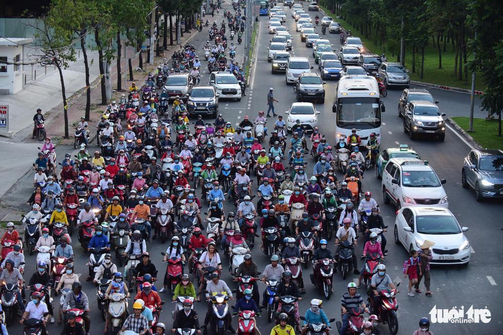 Kẹt xe bủa vây, giao thông hỗn loạn từ trung tâm về khu Đông - Ảnh 12.