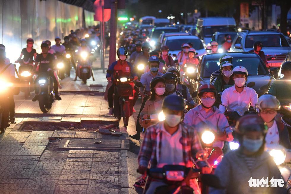 Kẹt xe bủa vây, giao thông hỗn loạn từ trung tâm về khu Đông - Ảnh 2.