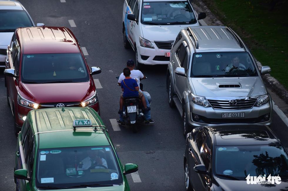 Kẹt xe bủa vây, giao thông hỗn loạn từ trung tâm về khu Đông - Ảnh 11.