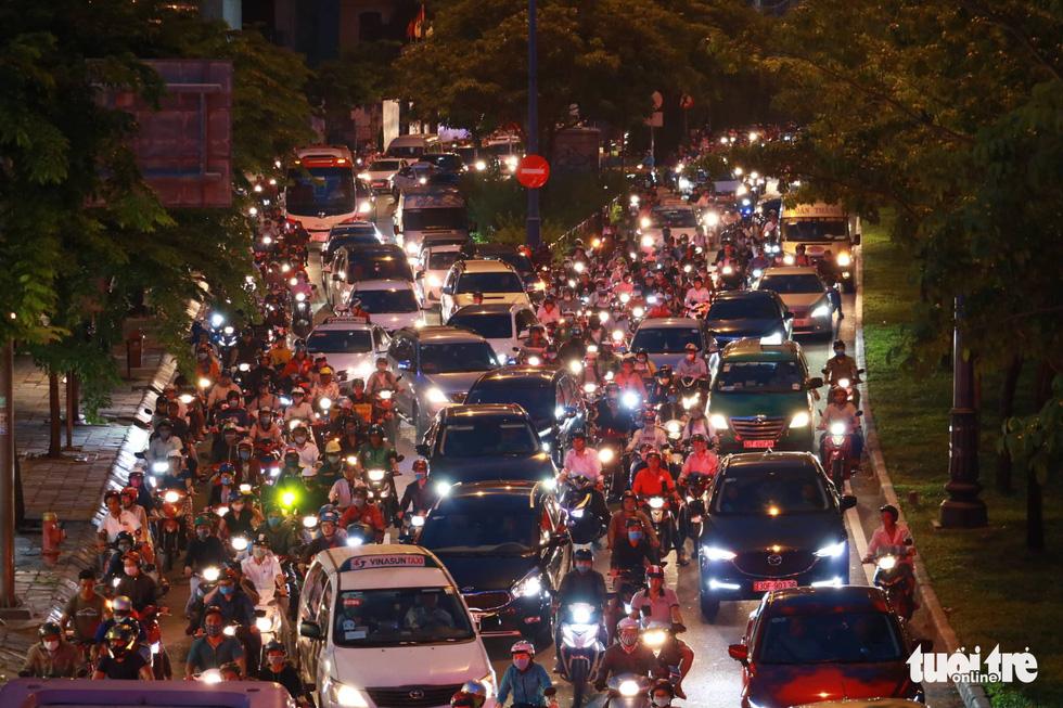 Kẹt xe bủa vây, giao thông hỗn loạn từ trung tâm về khu Đông - Ảnh 5.