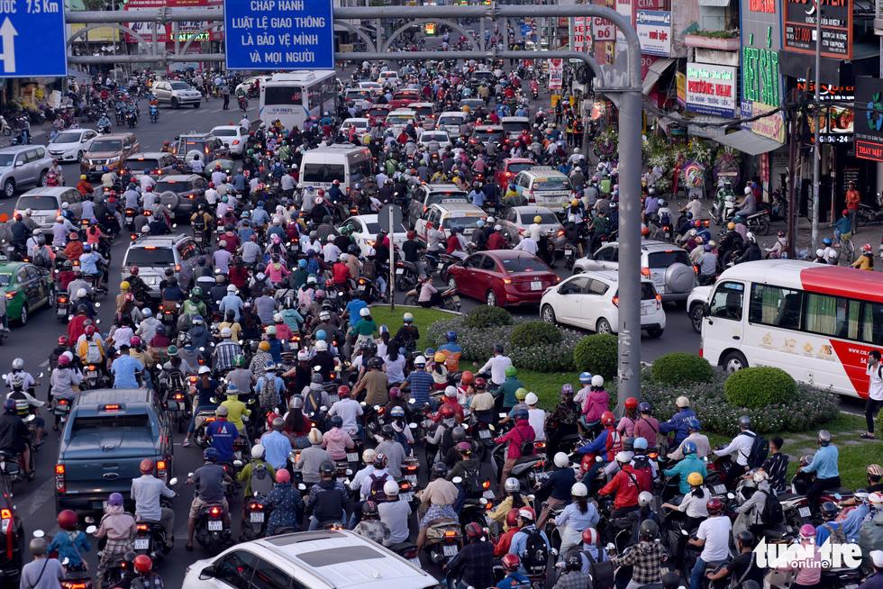Kẹt xe bủa vây, giao thông hỗn loạn từ trung tâm về khu Đông - Ảnh 1.
