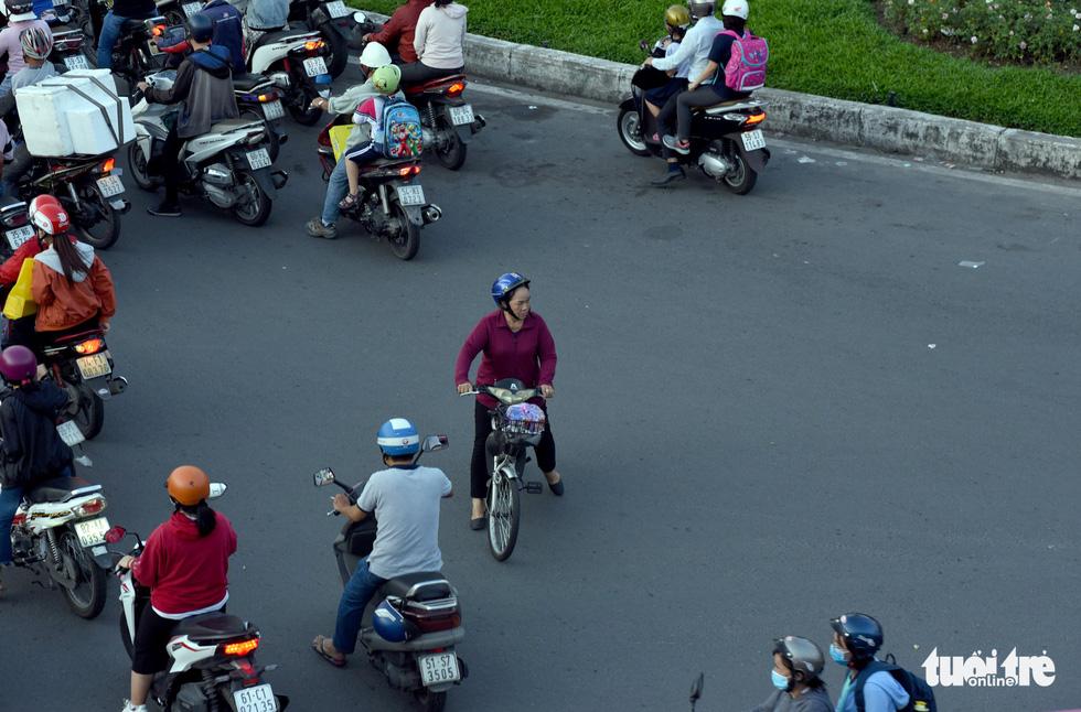 Kẹt xe bủa vây, giao thông hỗn loạn từ trung tâm về khu Đông - Ảnh 9.