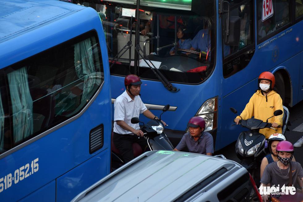 Kẹt xe bủa vây, giao thông hỗn loạn từ trung tâm về khu Đông - Ảnh 4.