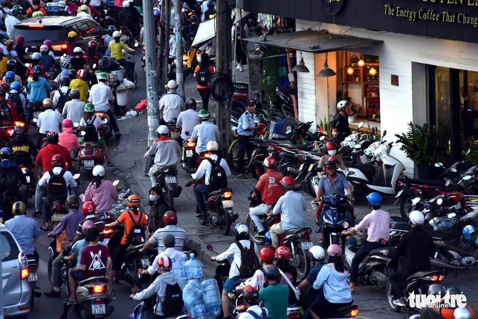 Kẹt xe bủa vây, giao thông hỗn loạn từ trung tâm về khu Đông - Ảnh 3.