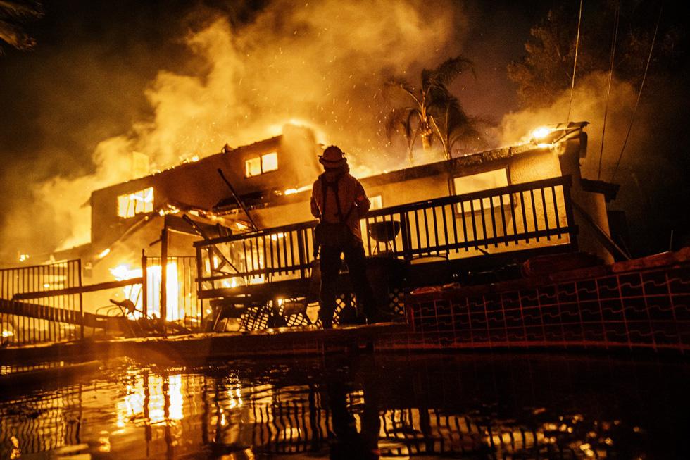 Cháy rừng lan từ bắc sang nam California, nhiều khu phố như bó đuốc - Ảnh 3.