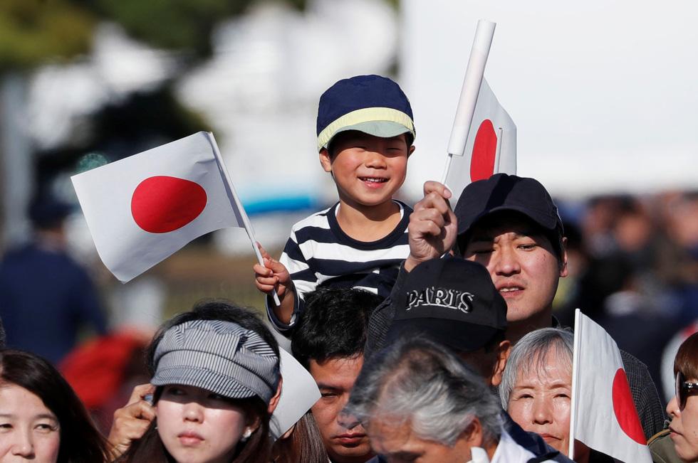 Hàng chục ngàn người chào đón đoàn diễu hành của Nhật hoàng - Ảnh 3.