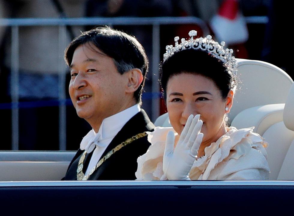 Hàng chục ngàn người chào đón đoàn diễu hành của Nhật hoàng - Ảnh 1.