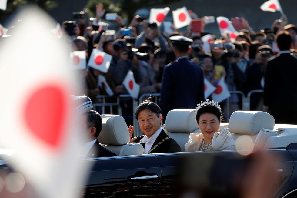 Hàng chục ngàn người chào đón đoàn diễu hành của Nhật hoàng - Ảnh 4.