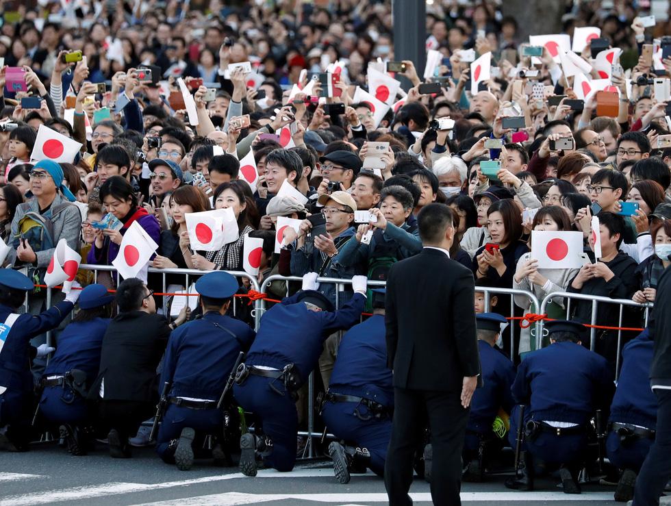 Hàng chục ngàn người chào đón đoàn diễu hành của Nhật hoàng - Ảnh 5.