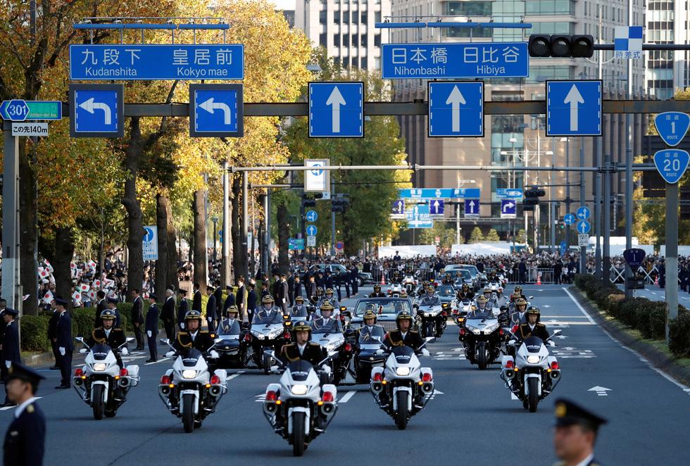 Hàng chục ngàn người chào đón đoàn diễu hành của Nhật hoàng - Ảnh 2.