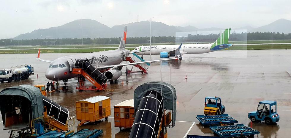 Tạm đóng cửa sân bay, hàng không hủy nhiều chuyến do bão số 6 - Ảnh 1.