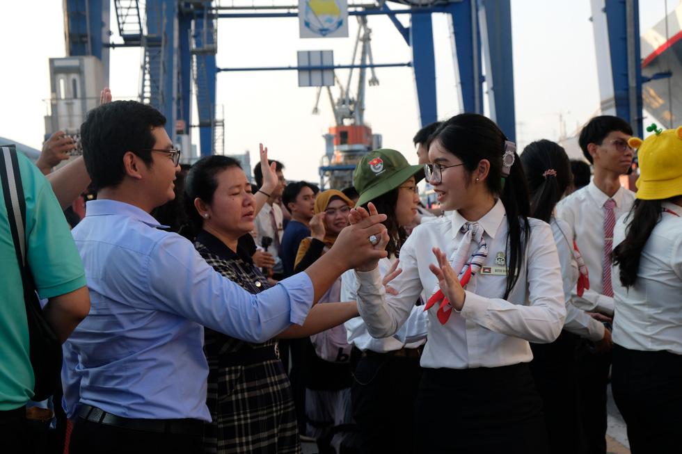 Thủ lĩnh tàu Nippon Maru đàn piano tạm biệt TP.HCM - Ảnh 6.