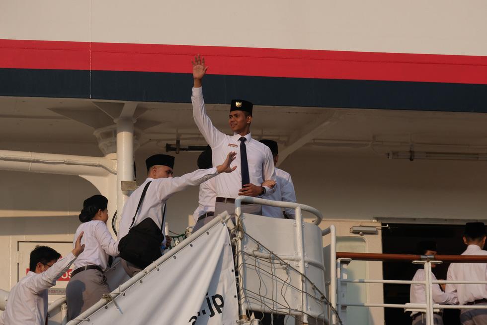 Thủ lĩnh tàu Nippon Maru đàn piano tạm biệt TP.HCM - Ảnh 5.