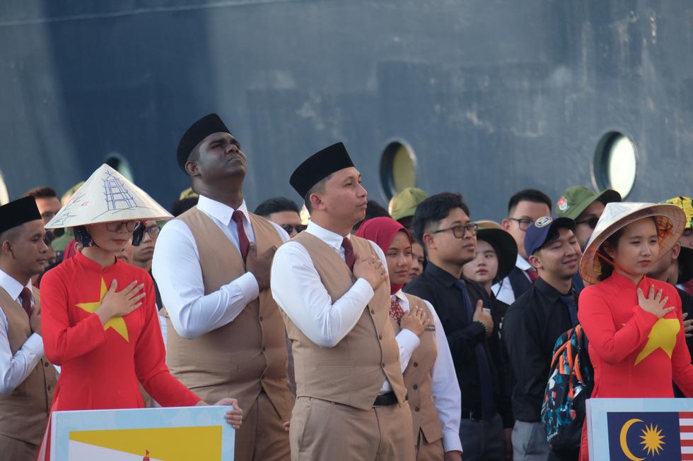 Thủ lĩnh tàu Nippon Maru đàn piano tạm biệt TP.HCM - Ảnh 9.