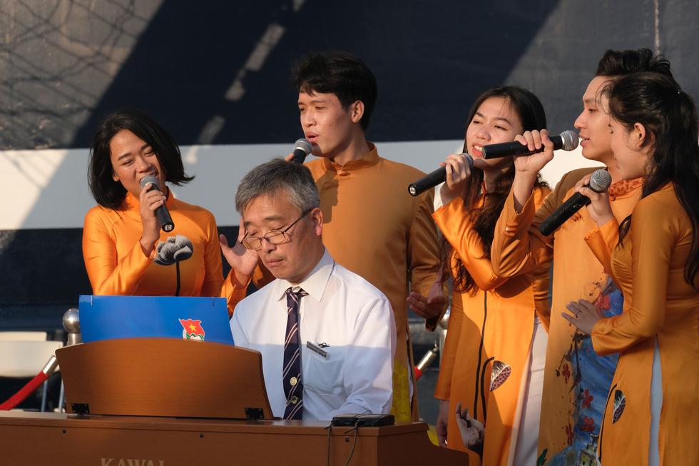 Thủ lĩnh tàu Nippon Maru đàn piano tạm biệt TP.HCM - Ảnh 2.