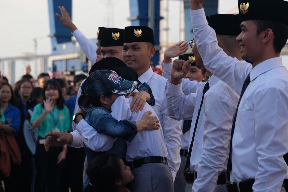 Thủ lĩnh tàu Nippon Maru đàn piano tạm biệt TP.HCM - Ảnh 1.