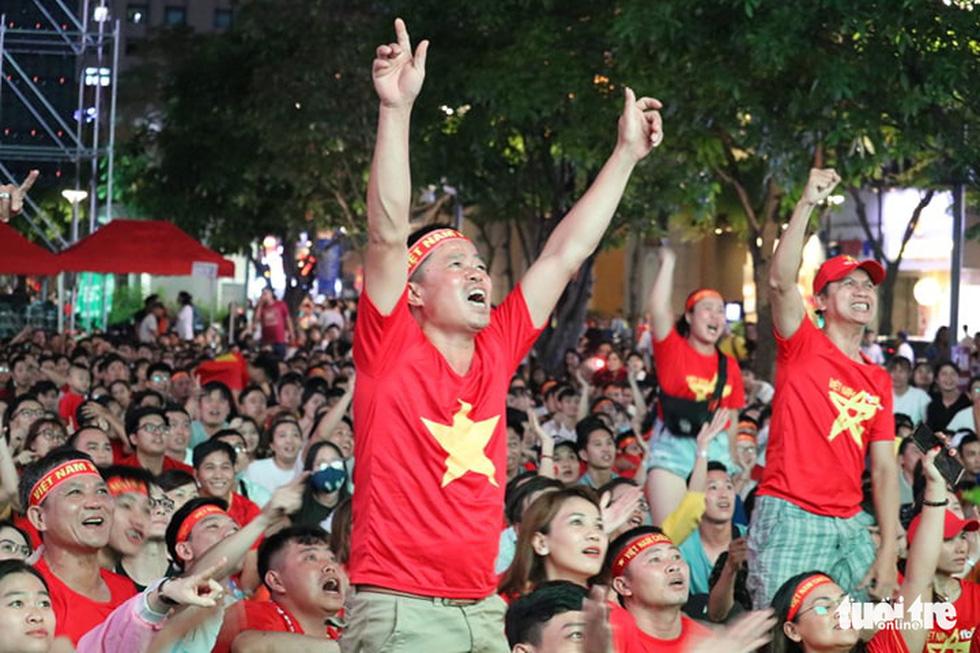 Phố đi bộ Nguyễn Huệ ngập tràn cờ, kèn cổ vũ tuyển Việt Nam - Ảnh 9.