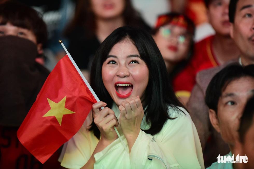Phố đi bộ Nguyễn Huệ ngập tràn cờ, kèn cổ vũ tuyển Việt Nam - Ảnh 1.