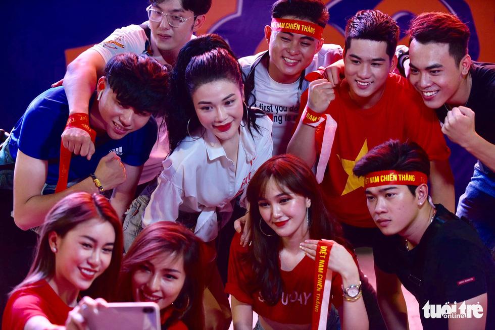 Phố đi bộ Nguyễn Huệ ngập tràn cờ, kèn cổ vũ tuyển Việt Nam - Ảnh 3.