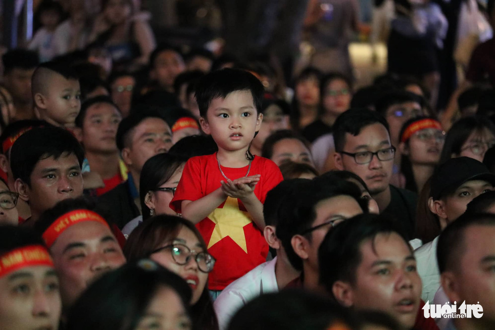 Phố đi bộ Nguyễn Huệ ngập tràn cờ, kèn cổ vũ tuyển Việt Nam - Ảnh 8.