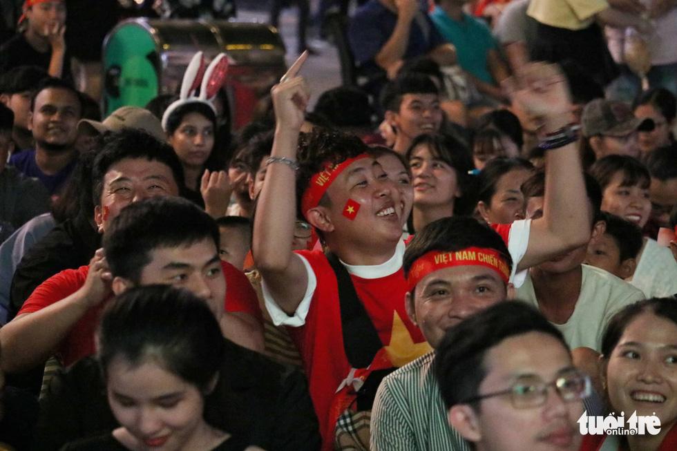 Phố đi bộ Nguyễn Huệ ngập tràn cờ, kèn cổ vũ tuyển Việt Nam - Ảnh 11.