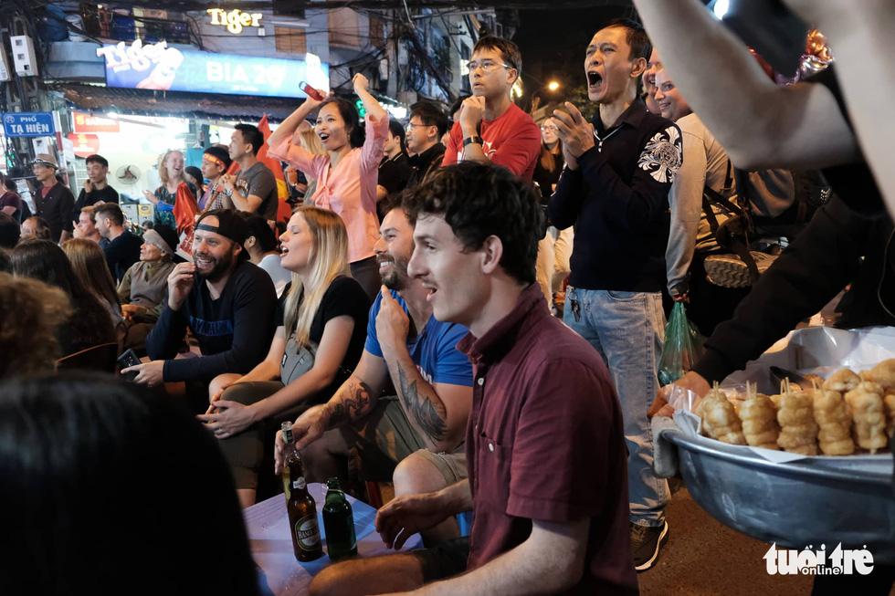Du khách nước ngoài chung vui với chiến thắng của tuyển Việt Nam - Ảnh 4.