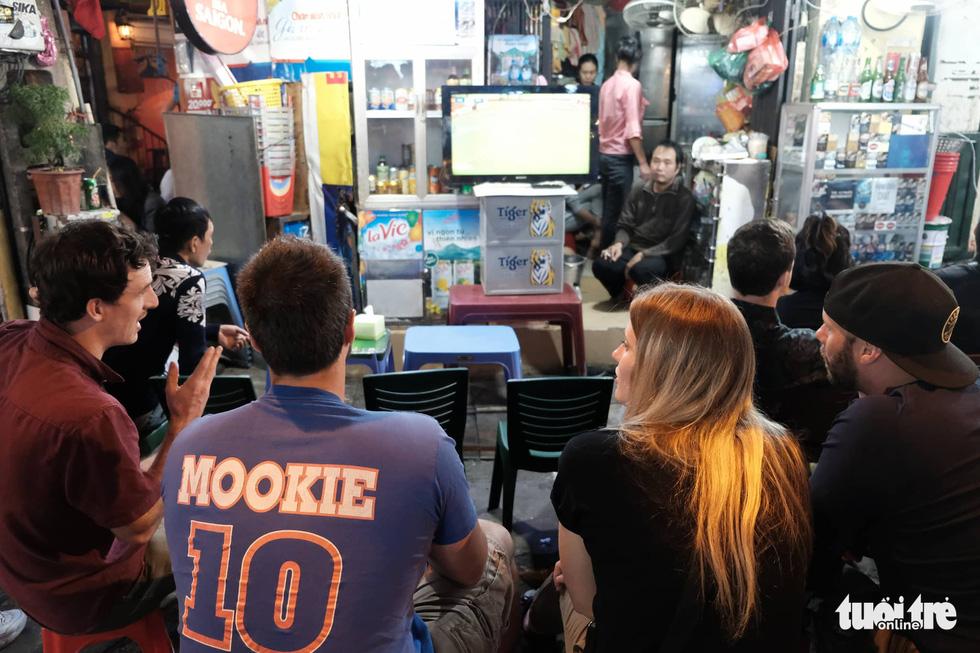 Du khách nước ngoài chung vui với chiến thắng của tuyển Việt Nam - Ảnh 3.