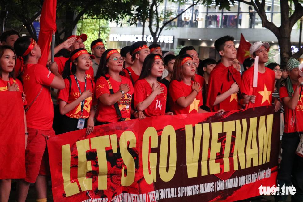 Phố đi bộ Nguyễn Huệ ngập tràn cờ, kèn cổ vũ tuyển Việt Nam - Ảnh 4.