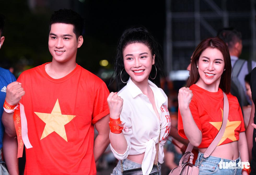 Phố đi bộ Nguyễn Huệ ngập tràn cờ, kèn cổ vũ tuyển Việt Nam - Ảnh 6.