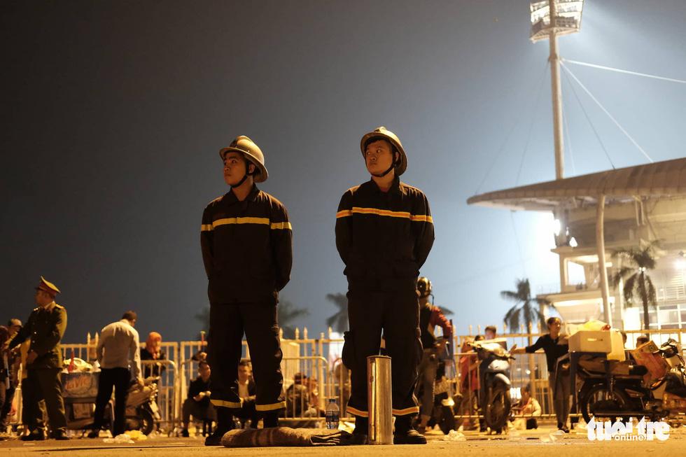 Mỹ Đình rào thép gai bảo vệ trận Việt Nam - UAE - Ảnh 5.