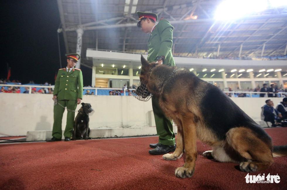Mỹ Đình rào thép gai bảo vệ trận Việt Nam - UAE - Ảnh 6.